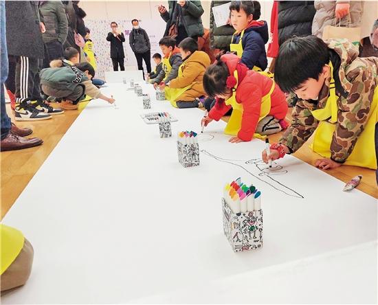 """中国美术学院""""艺启画话""""全国少儿美术作品展现场"""