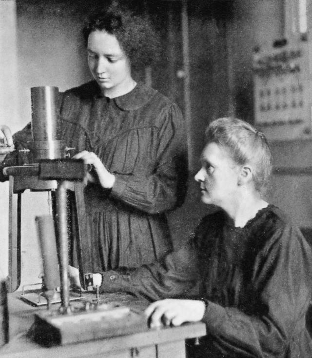 艾莱娜与居里夫人在实验室里。