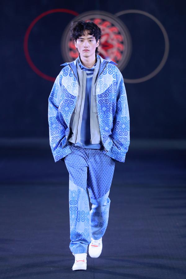 """中国著名服装企业_""""走出大凉山——彝族传统服饰与现代创新设计""""专场发布会 ..."""