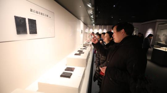 游客欣赏歙石福寿池长方砚